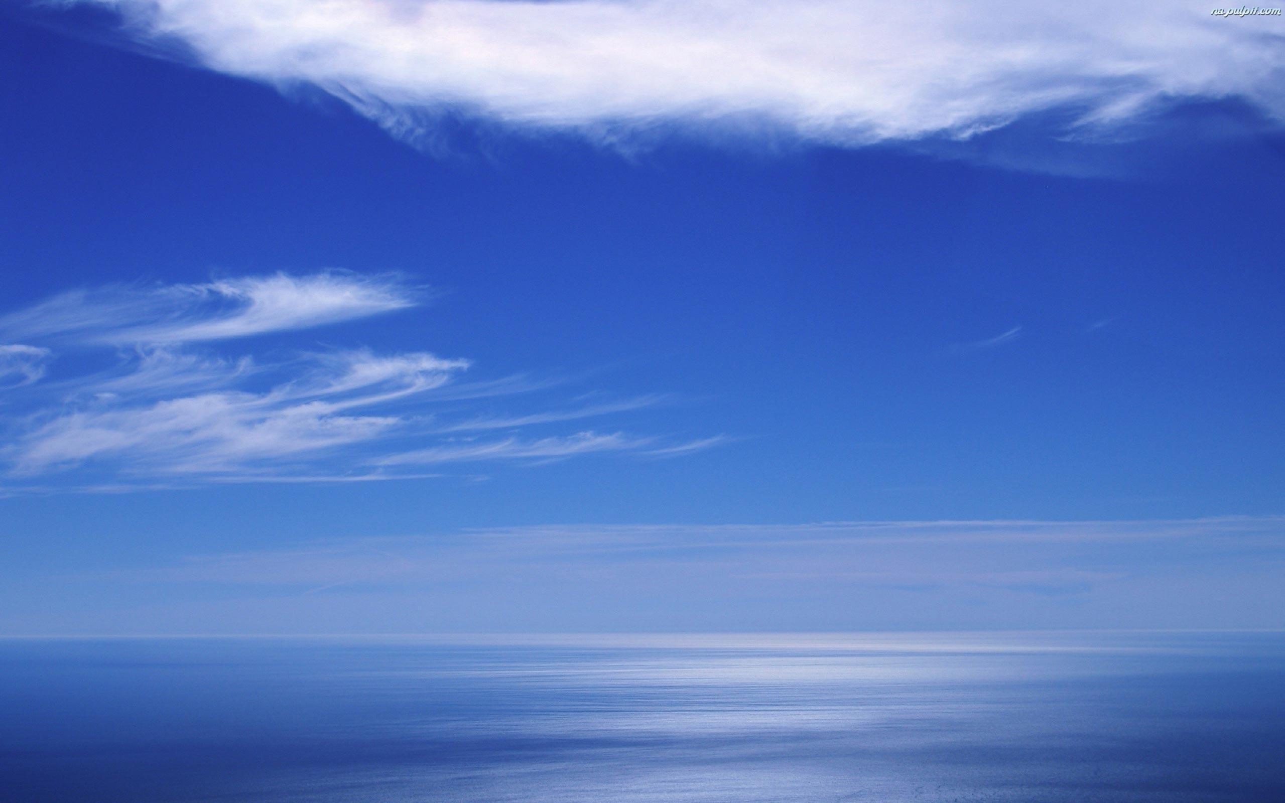 niebo-tafla-morza-blekitne